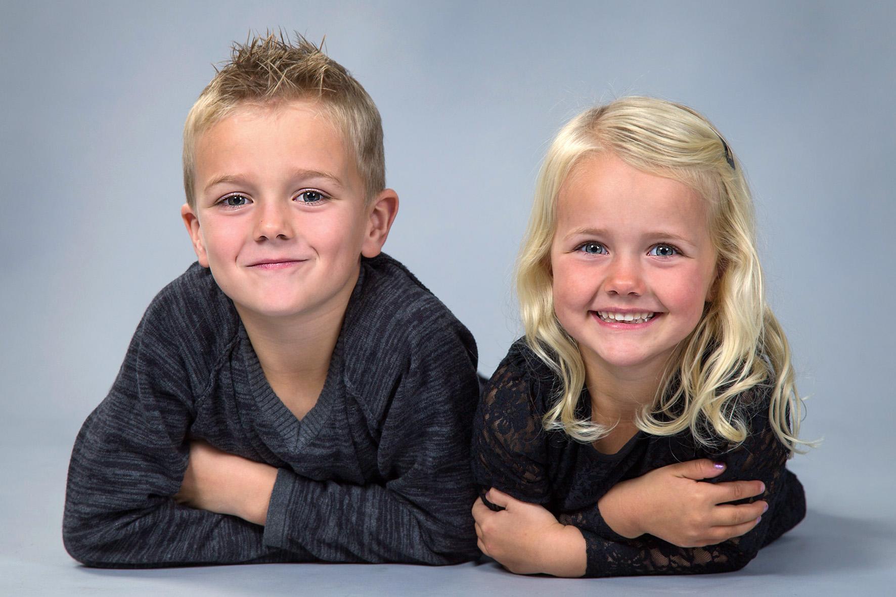 Børnefotograf - dreng og pige i farve