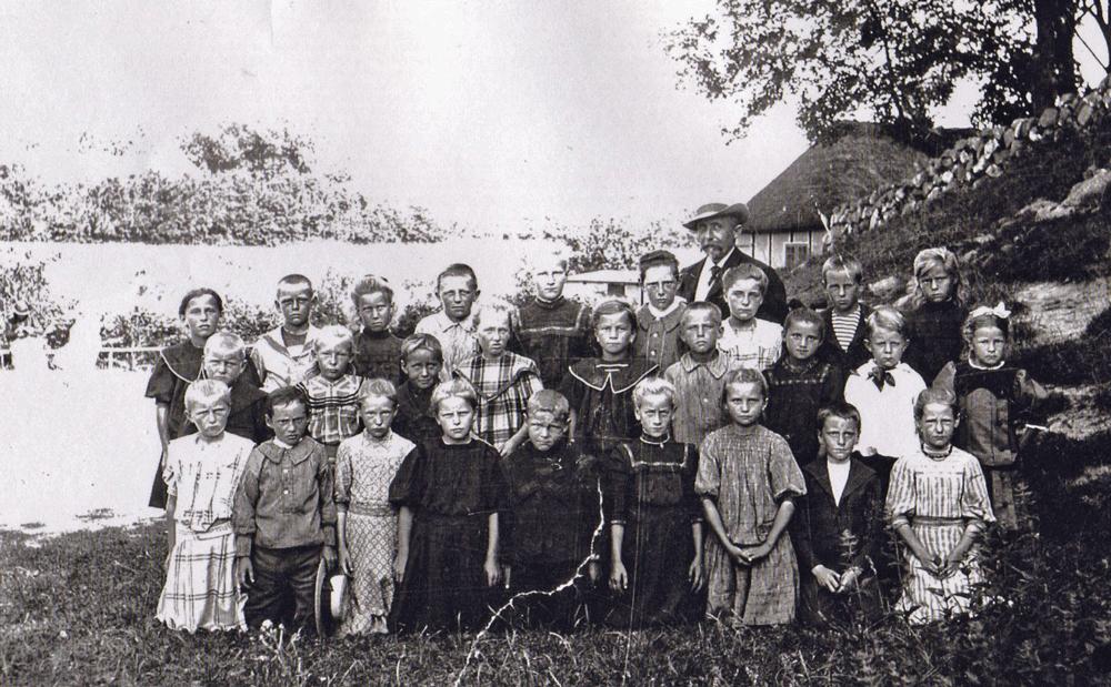 Ca. 1910 - Lærer Karl Kr. Ludvigsen - klik på billedet for navneliste