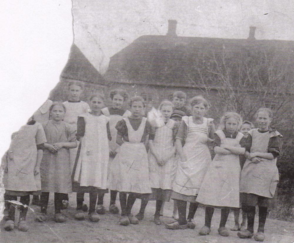 Ca. 1910 - 2. pige fra højre er Karen Laustsen