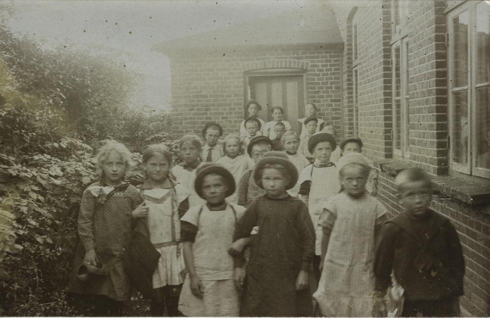 1916 - på østsiden af skolen - tilbygningen er der ikke mere.