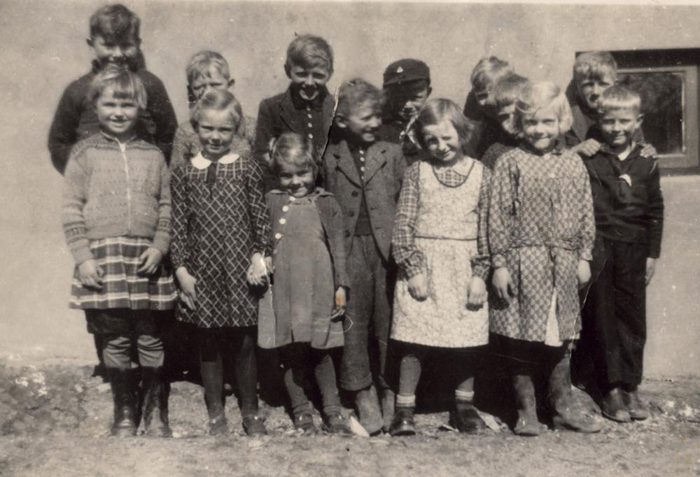 "1942-43 - 1. klasse i ""Bungalowen"" - Kirkestien 5 - klik på billedet for navne."