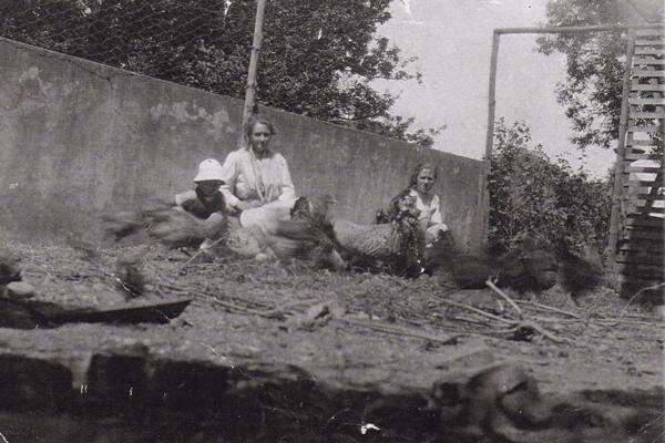 Ca. 1918 Haven med Fru. Munch-Steensgaard, Hans Carl og Henriette Lemkuhl