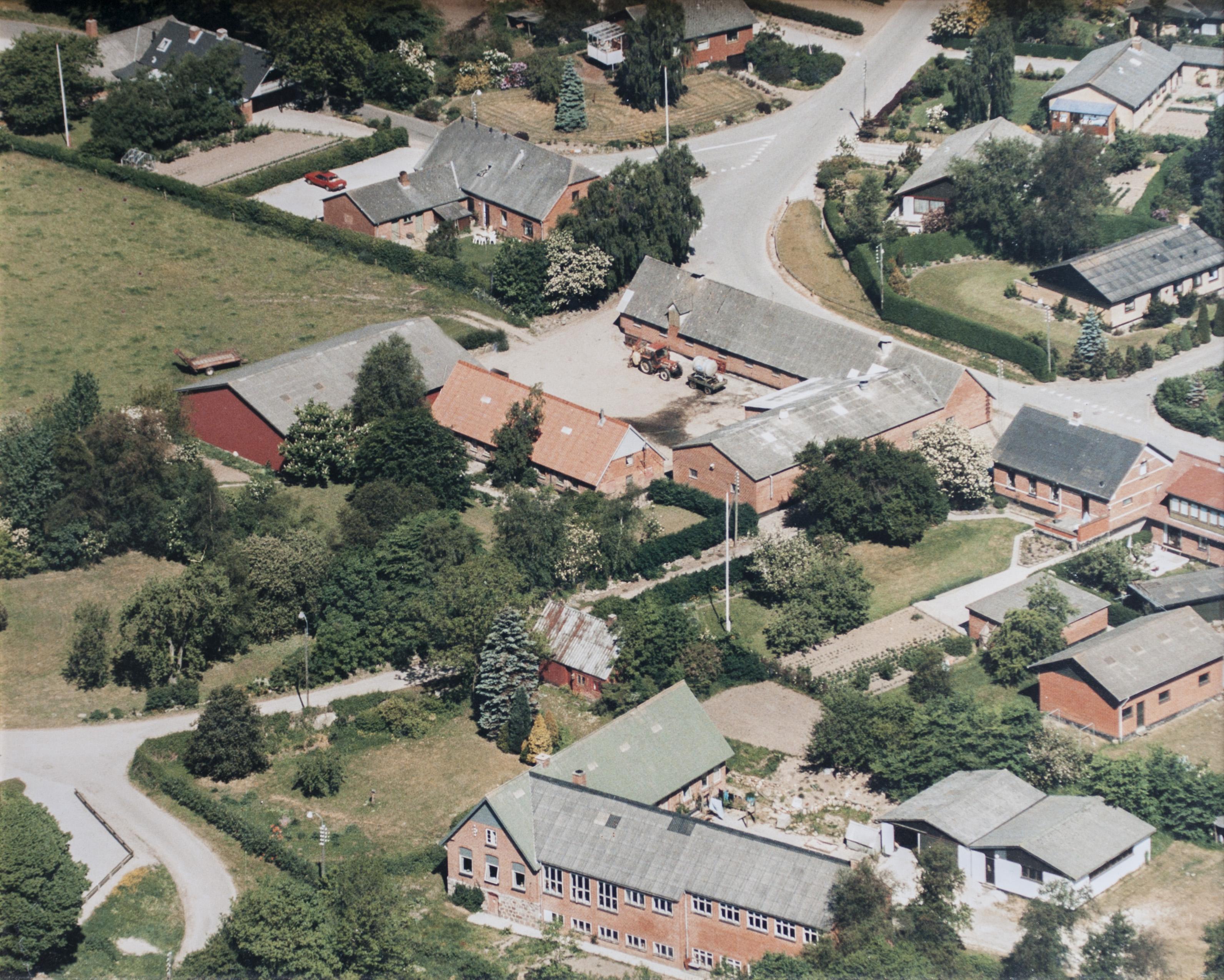 1989 - Læsten Skole nederst i billedet - set fra syd.