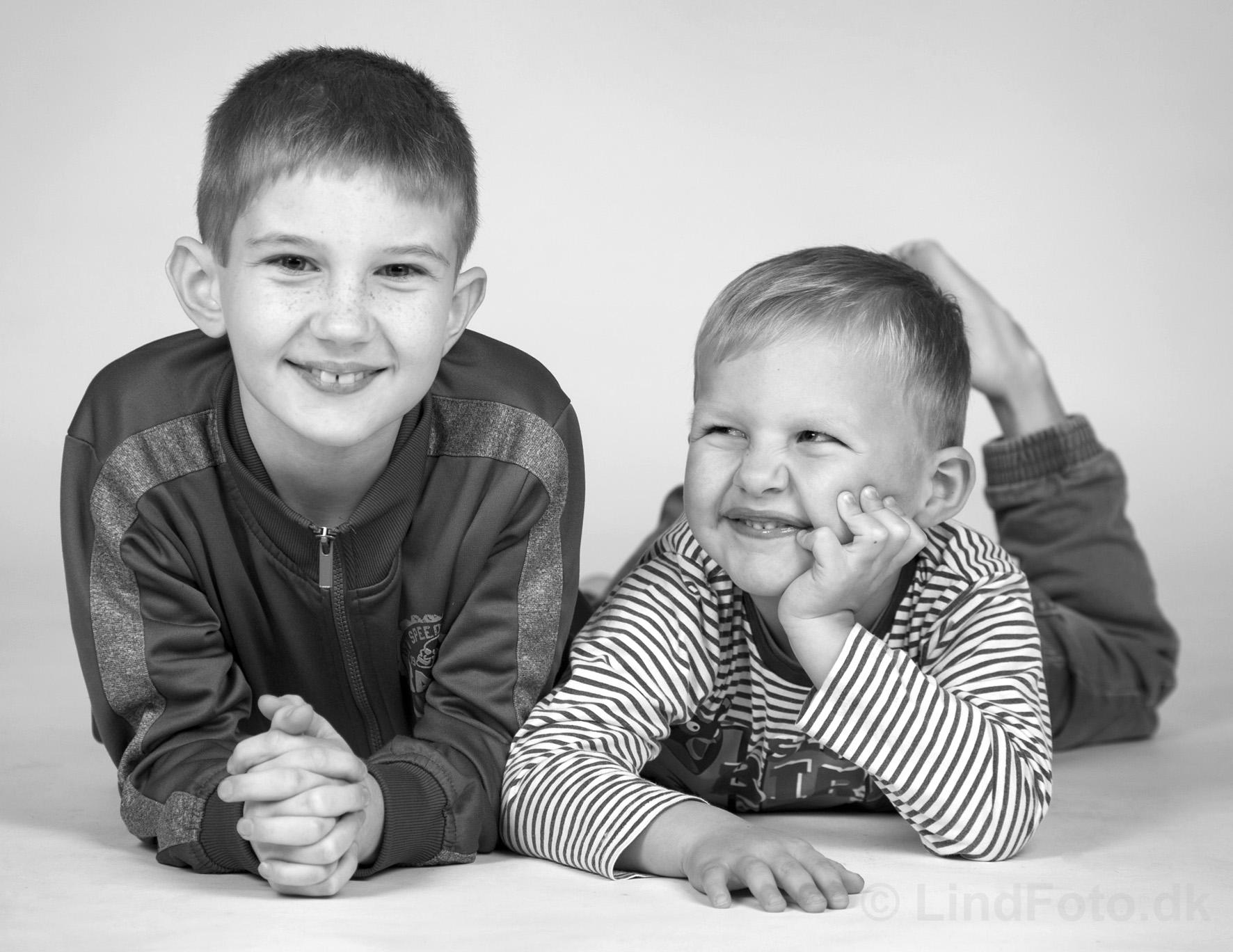 Børnefotograf - 2 drenge i sort-hvid