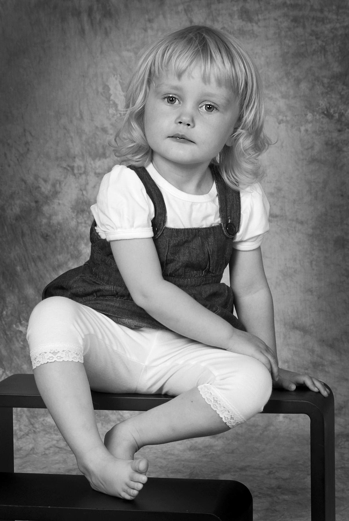 Børnefotograf - pige i sort-hvid