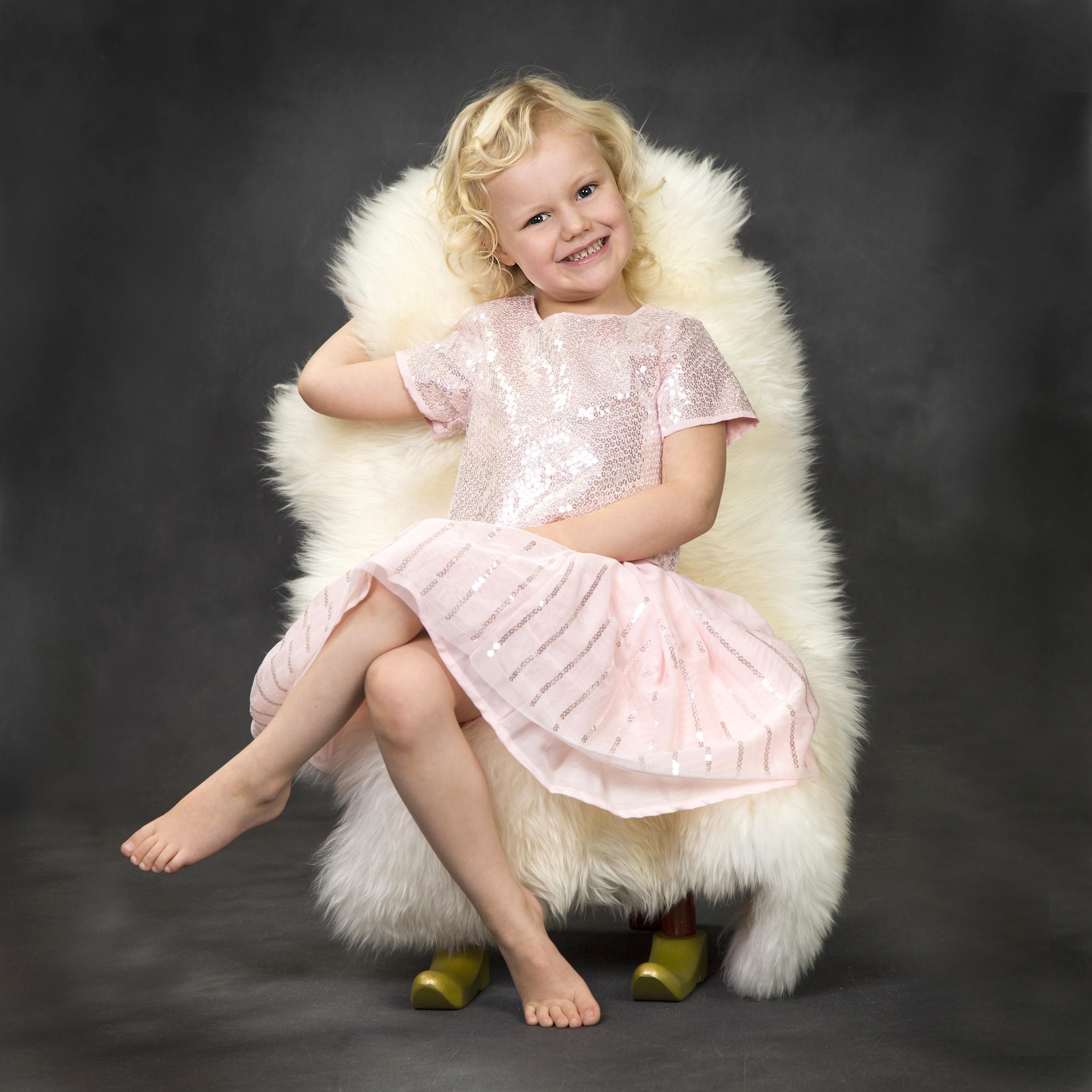 Børnefotografering - pige på stol