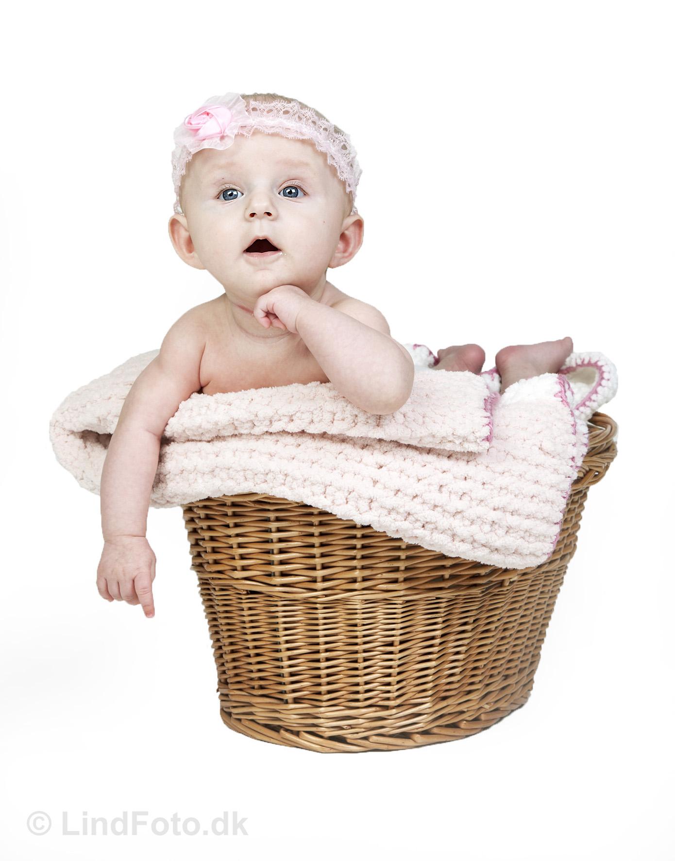 Babyfotografering - baby i kurv